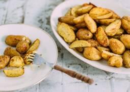Rosmarinkartoffeln auf einem Teller
