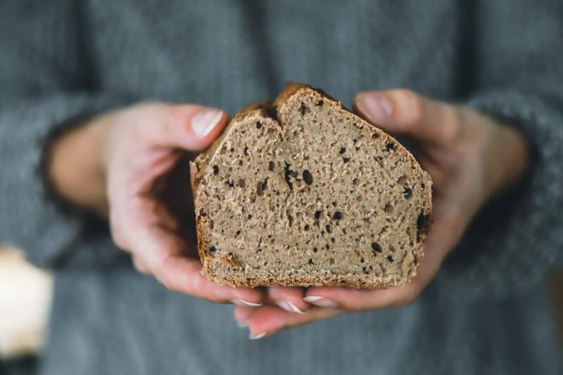 Du willst ein leckeres Brot backen und hast nur eine Stunde Zeit? In diesem Artikel liest du, wie das geht.