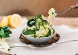 Zucchini Minz Salat in einer Schale