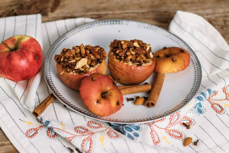 2 bratapfel-mit-mandel-rosinenfüllung-und-knuspertopping-10