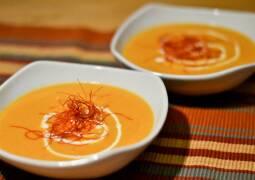 Orange Möhren-Suppe mit Ingwer in weißem Teller