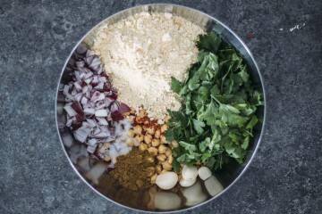 3 Arten Falafel einfach zuhause zu machen: Falafel Zutaten in Schüssel