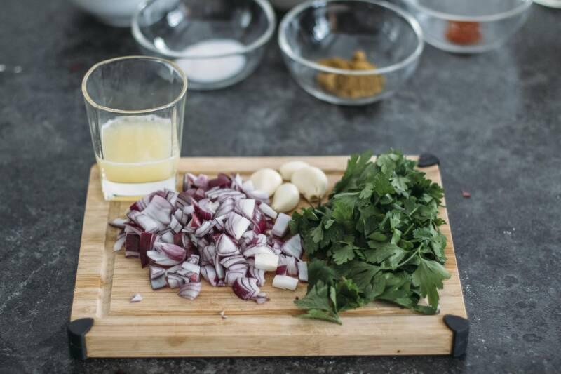 3 Arten Falafel einfach zuhause zu machen: Geschnitte Zutaten für Falafel