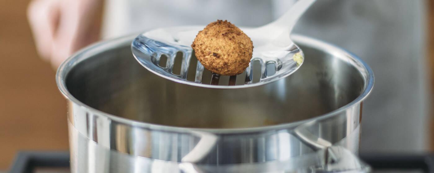 Ein frisches Falaffel-Bällchen direkt aus dem Kochtopf