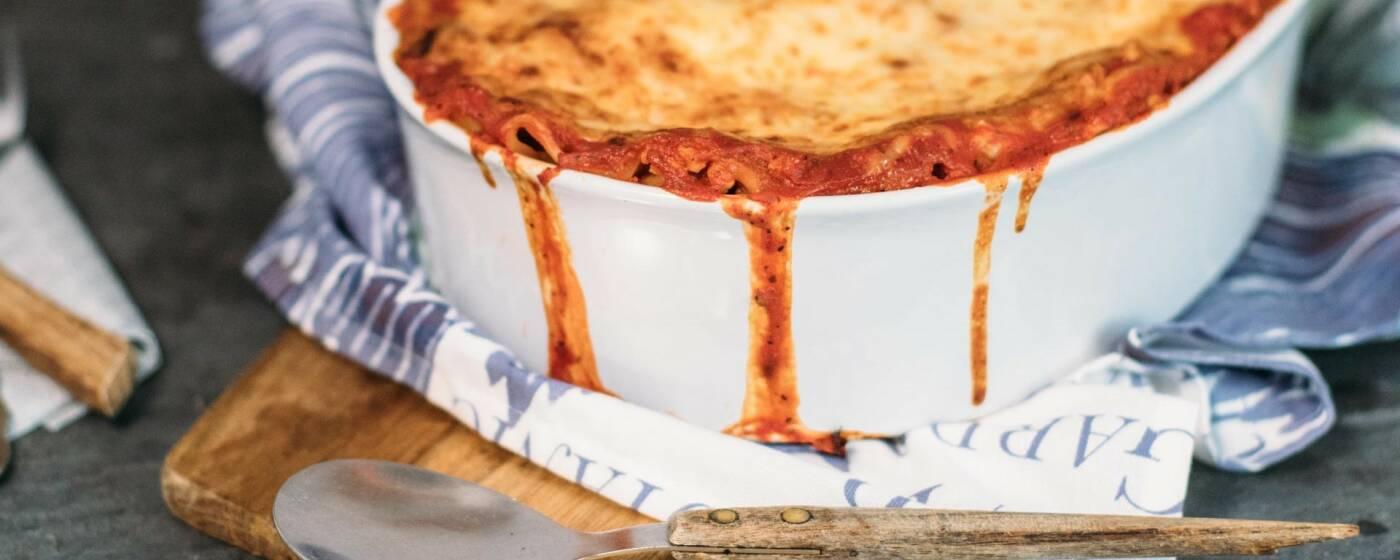 Wir haben dir 5 leckere Gerichte herausgesucht, die weder langweilig sind noch dem angestaubten Image von Kohl gerecht werden. Wie zum Beispiel diese vegetarische Lasagne mit Weißkohl.