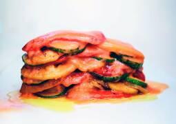 Ratatouille gestapelt auf einem Teller