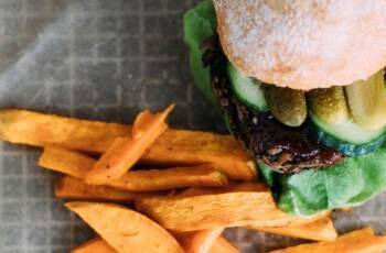Hier findest du leckere Fast Food-Gerichte mit vielen Nährstoffen, wie zum Beispiel diesen Burger mit schwarzem Bohnen-Patty.