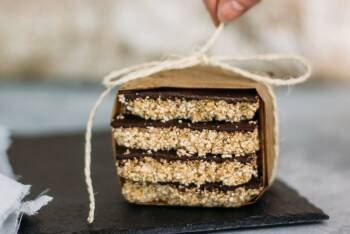 Päckchen aus Amaranth, Schokolade und Erdnussbutter hübsch verpackt von vorne