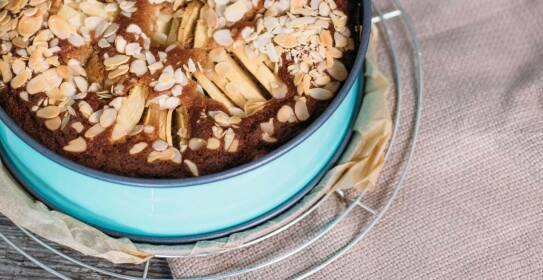 Selbstgemachter Apfelkuchen ist etwas tolles. Alles was du über Grundteig und Zubereitungsart wissen musst, erfährst du in diesem Artikel.