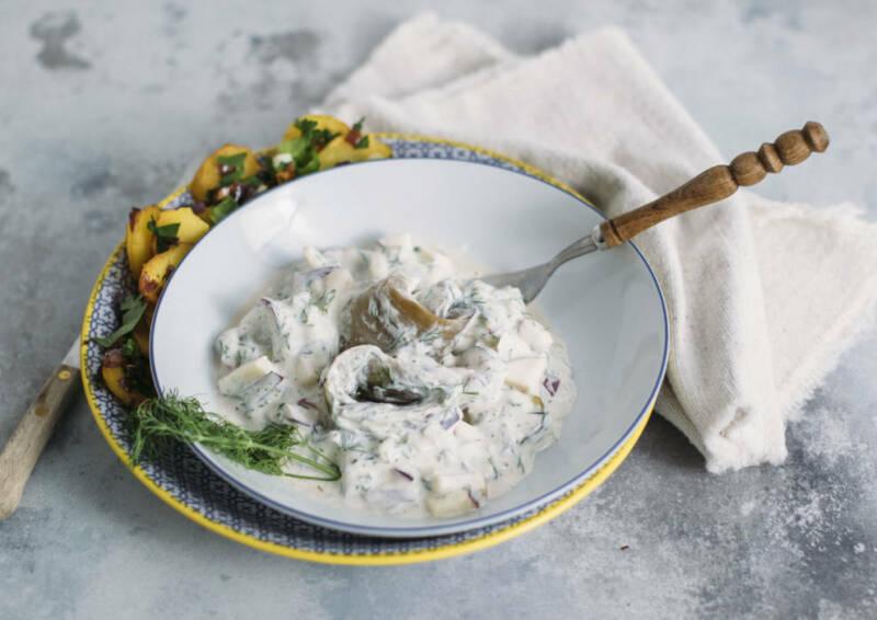 Veganen Auberginen Matjes in einer weißen Schüssel.