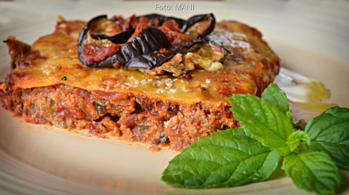 Teller mit einer Pita aus Auberginen, überbacken