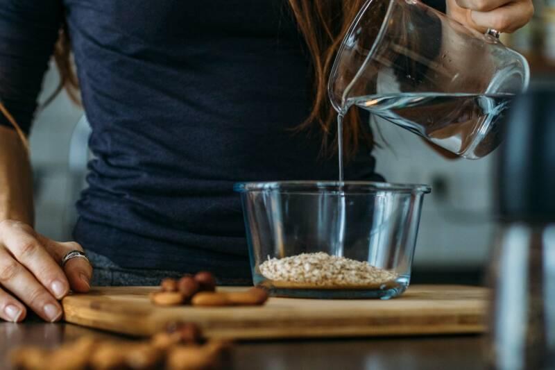 Birchermüsli - die Haferflocken über Nacht einweichen lassen