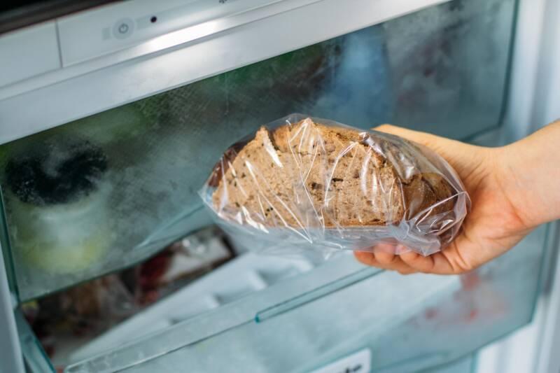 Um Brot wieder fluffig und knusprig zu bekommen, kannst du es in den Backofen geben.