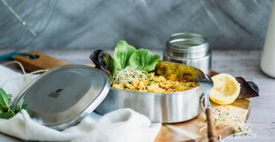 Welche Gerichte sich gut vorbereiten lassen und zum Mitnehmen eignen und auf was du bei Essen im Büro achten solltest, erfährst du in diesem Magazinartikel.