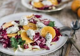 Salat mit Mandarinen und Radicchio und Käsenocken