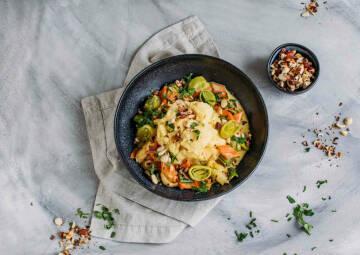 Buntes Lauch-Karotten-Gemüse mit Kartoffelpüree