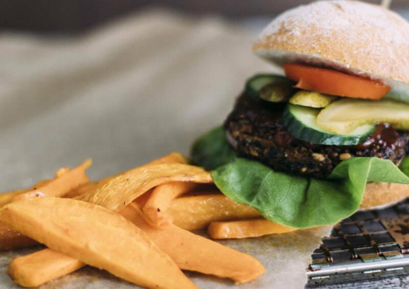 Burger mit schwarzem Bohnen-Patty