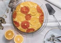 Upside down Kuchen mit Orangen und Grapefruits von oben fotografiert