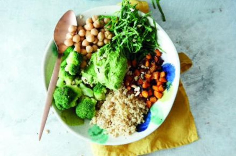 Clean Eating Bowl mit Spinat Hummus