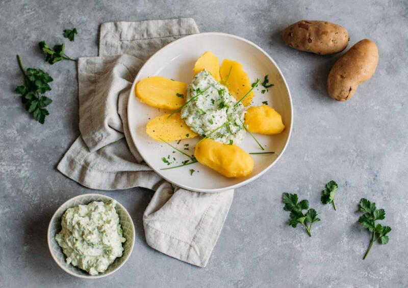 Corona Kochplan Tag 1: Pellkartoffeln mit Avocado-Kräuter-Quark