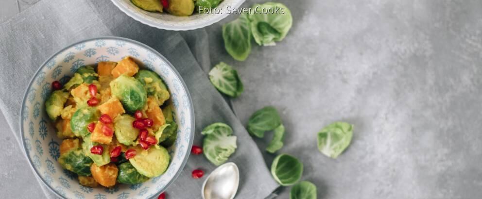 Zwei Schalen mit Süßkartoffel-Rosenkohlcurry von oben