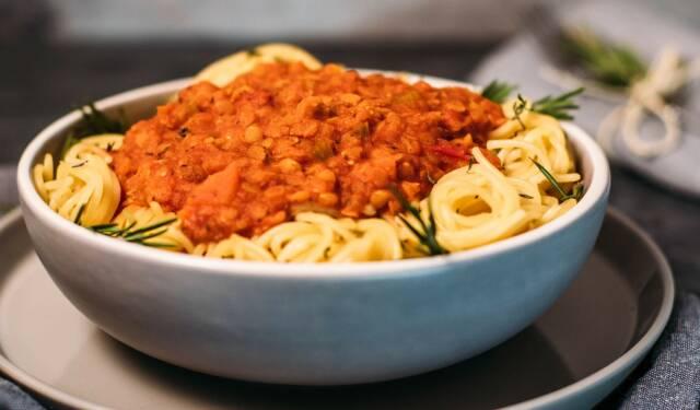 Diese Woche soll es schnell gehen. Unsere Pasta mit Linsenbolognese steht in nur 30 Minuten auf deinem Tisch und ist nur eines von 5 leckeren Gerichten, die einfach und schnell zuzubereiten sind.