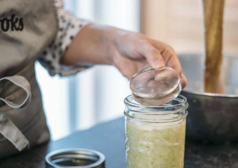 Ein Glas-Stein wird zum Beschweren auf das Kraut im Glas gelegt.