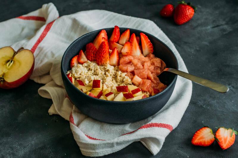 Erdbeer-Rhabarber-Porridge