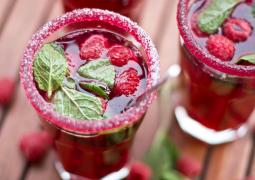 Glas mit Zuckerrand und pinkem Smoothie als Erfrischungsdrink