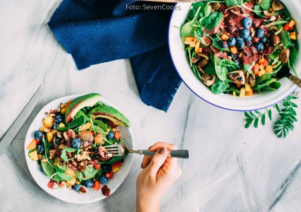 Erkältung ade: spinatsalat mit blaubeerdressing