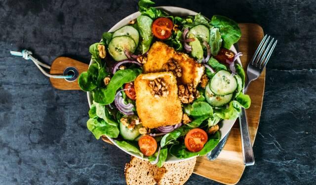 Gebackener Feta auf Salatbett passt ideal zu einer flexitarischen Ernährung.