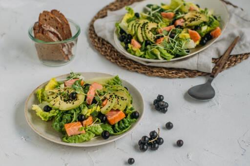 Flexitarisches Rezept: Avocadosalat mit schwarzen Johannisbeeren und Lachs 1