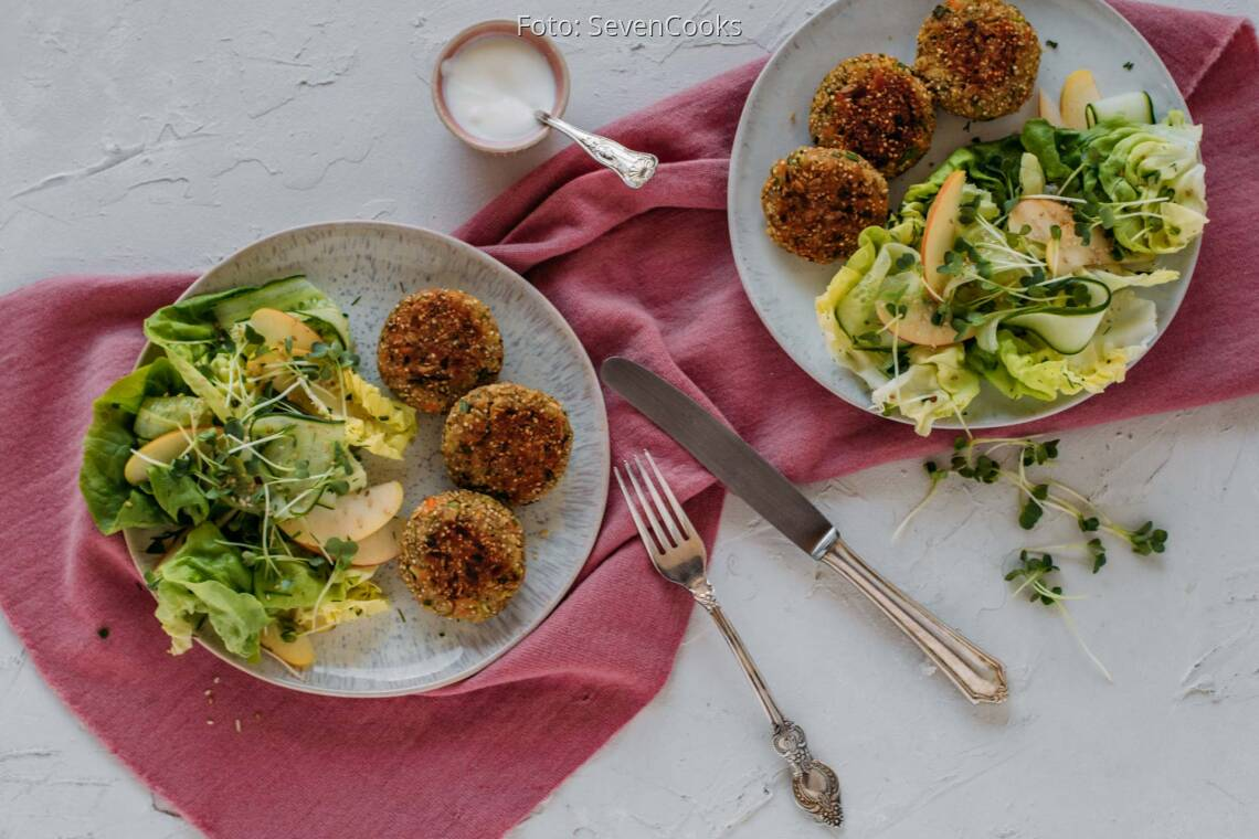 Flexitarisches Rezept: Lachs-Quinoa-Frikadellen mit fruchtigem grünem Salat 1