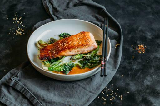 Flexitarisches Rezept: Low Carb Lachs mit gebratenem Spargel und Pak Choi 1