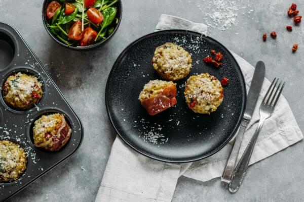 Meal-Prep: Risotto-Muffins mit Parmaschinken und Spinatsalat