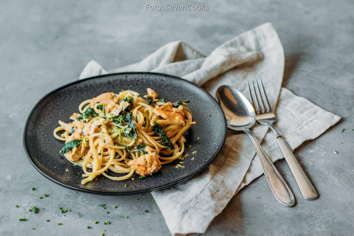 Flexitarisches Rezept: Pasta mit Lachs und Spinat