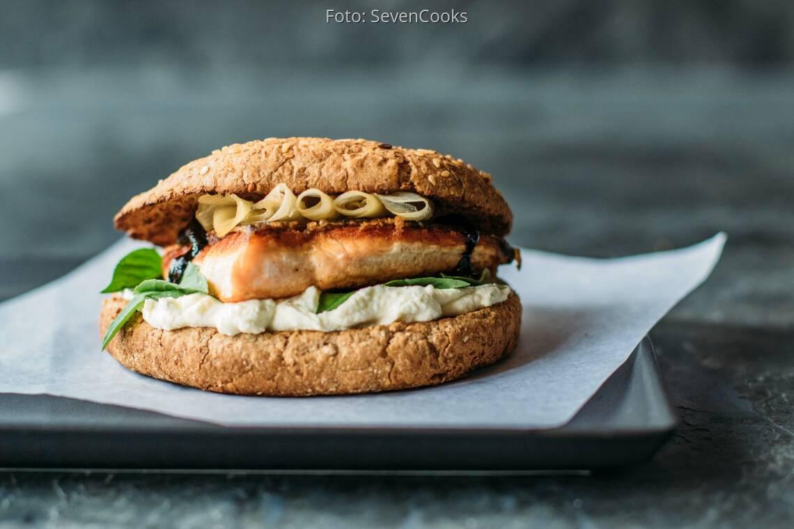 Flexitarisches Rezept: Salmon-Thai-Burger mit Wasabicreme 1