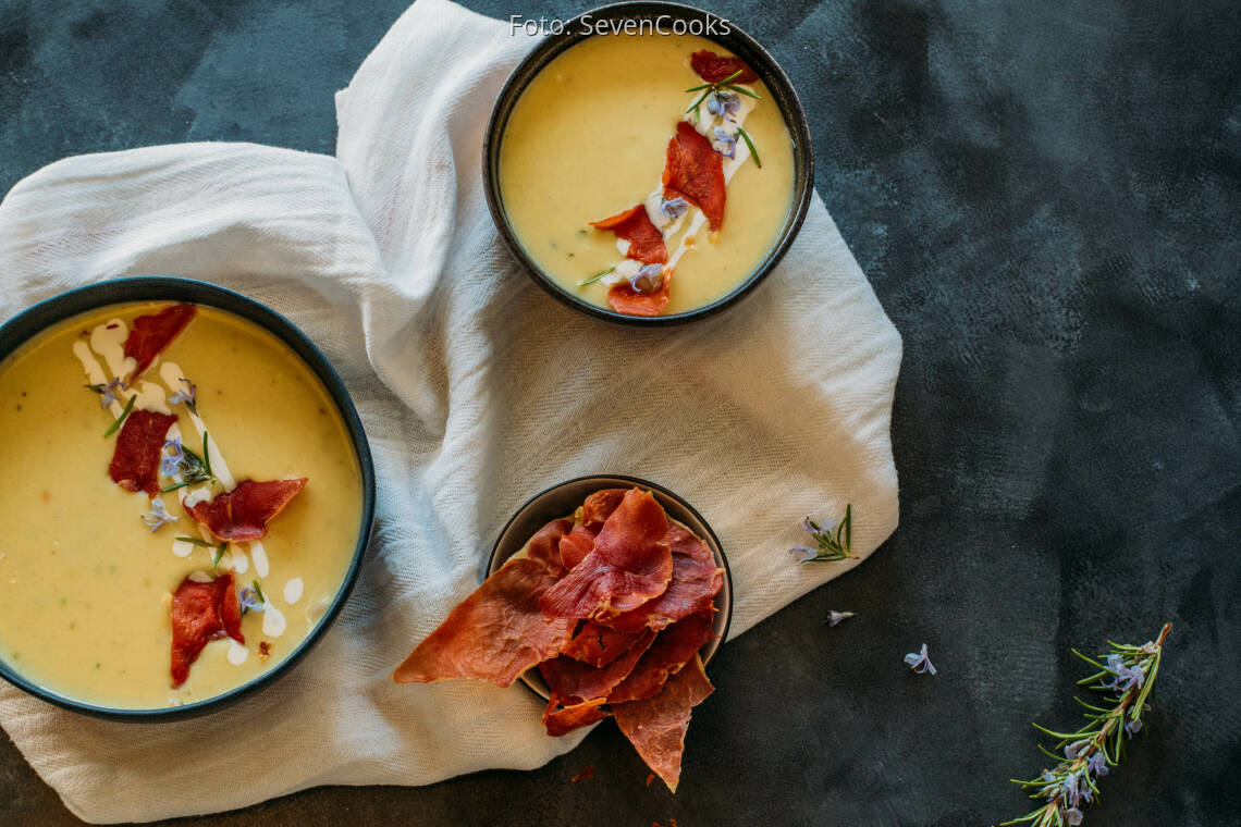 Flexitarisches Rezept: Weiße Spargelsuppe mit Serrano Crunch
