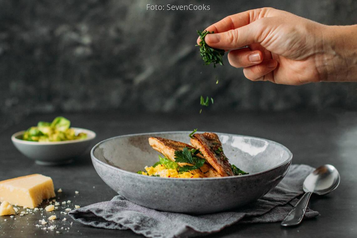 Flexitarisches Rezept: Zander mit Safranrisotto und Rosenkohlblättern 3