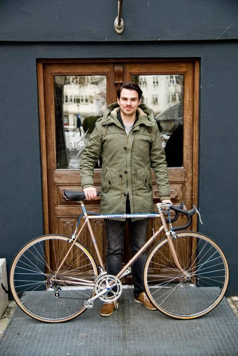 Unser Redakteur Florian mit einem alten Rennrad.