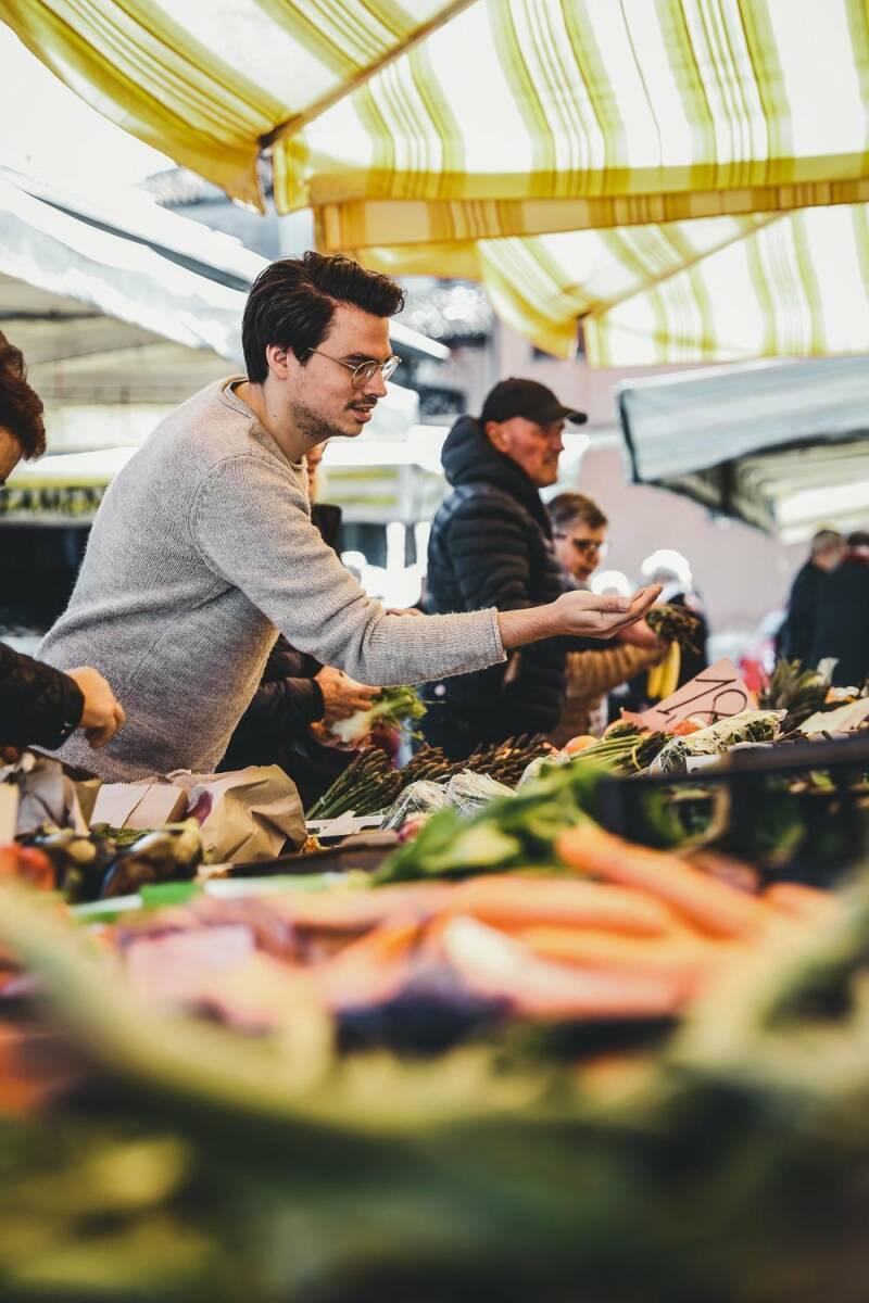 Florian auf einem Markt in Piemont, wie er gerade Gewürze an einem Stand heraussucht.