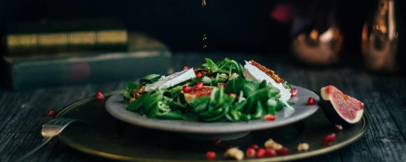 Ein Trend hin zu gesunder Ernährung: süß-würziger Herbstsalat mit Granatapfel und Feigen.