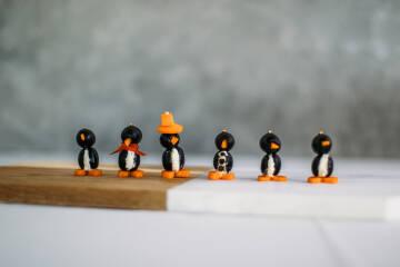 Für die nächste Grillparty: 7 clevere und gesunde Mitbringsel - Pinguine aus Oliven