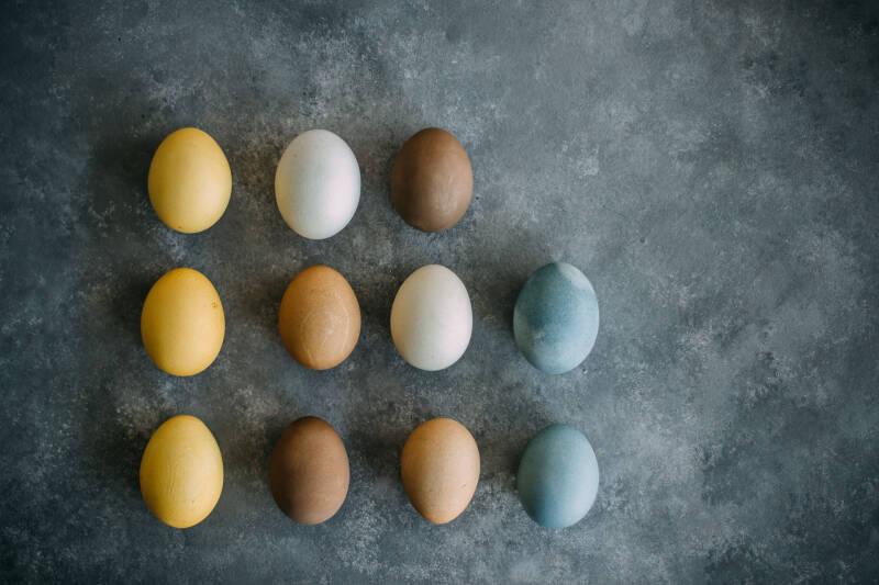 Gefärbte Eier mit Schale