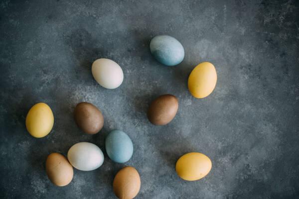 So kannst du Ostereier natürlich färben