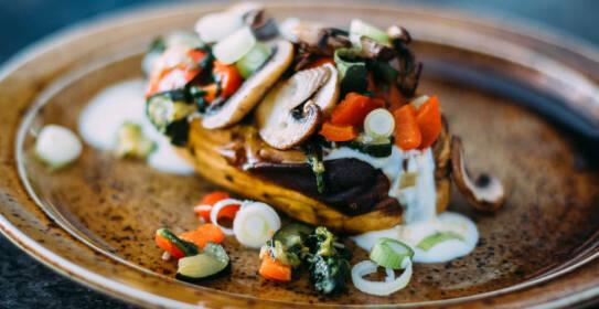 Gefüllte Ofenkartoffel (Süßkartoffel) mit Pilzen, Zucchini, Paprika Spinat.
