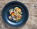 Grillkäse - Halloumi mit Zucchini, Nektarinen und Dressing auf Teller