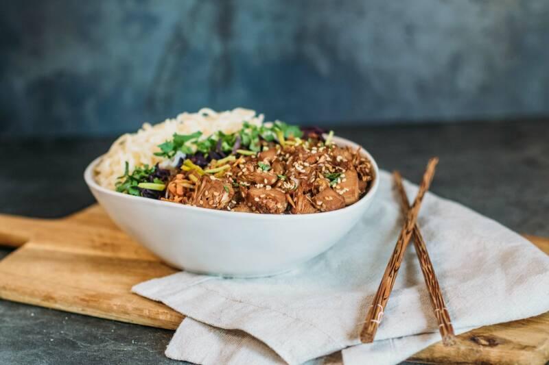 Kinderleicht einen gesunden Ernährungsplan zusammenstellen mit der veganen Ernährungspyramide: zum Beispiel eine leckere Teriyaki-Bowl