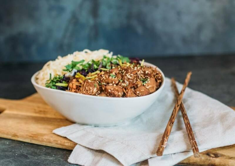 Gesund essen mit der veganen Ernährungspyramide, zum Beispiel Teriyaki-Bowl