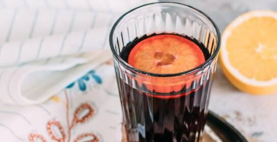Was du brauchst, um Glühwein selbst herzustellen, erfährst du in diesem Artikel. Dazu gibt es Tipps zur Herstellung und Weinauswahl.